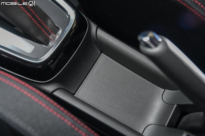 Suzuki Swift Sport-排檔頭後端位置是傳統鋼索式手煞車