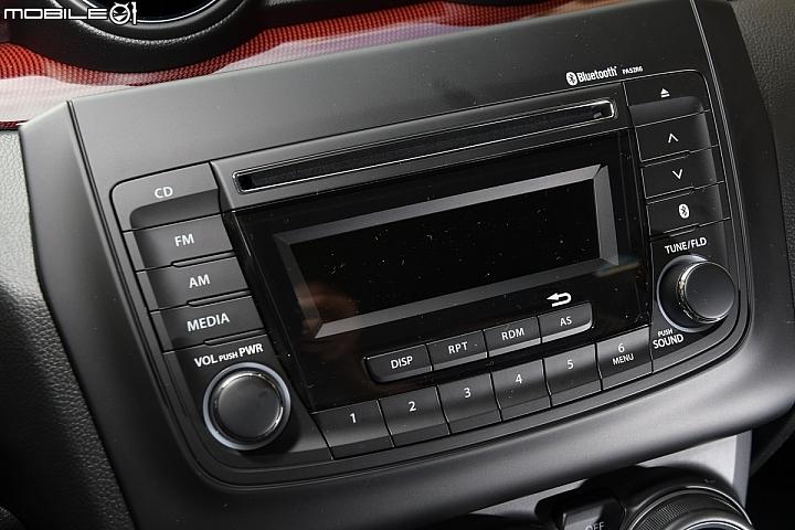 Suzuki Swift Sport-中控台-具備藍牙和USB連結功能的單色顯示音響