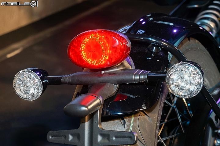 2018 Triumph Bonneville Bobber Black-尾燈的部分與一般 Bobber 相同