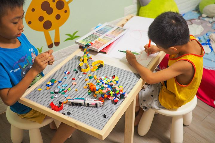 【新鮮人報到】一桌多用途   實木兒童多功能積木桌