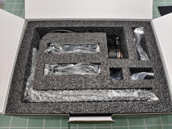 燈效極美的一體式水冷,ZADAK SPARK AIO 240開箱試用