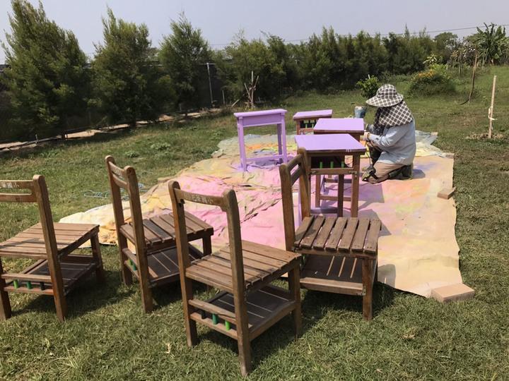 退而不休的課桌椅,變身草地上的馬卡龍